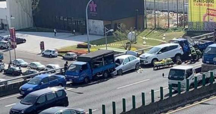 台中快速道路連環車禍 5車追撞1男2女受傷