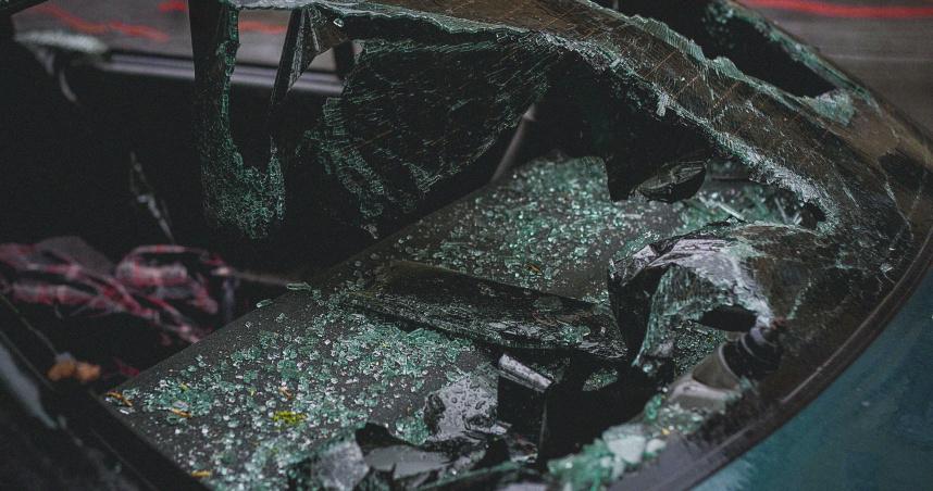 年節試車竟高速撞護欄 朋友聚會釀2死1傷