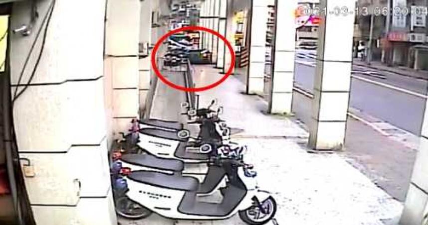 狂撞北市警局畫面曝光 奧迪衝騎樓前後倒車3次撞警機車