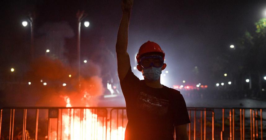 曼谷皇宮爆發千人示威活動 警方出動水車驅散