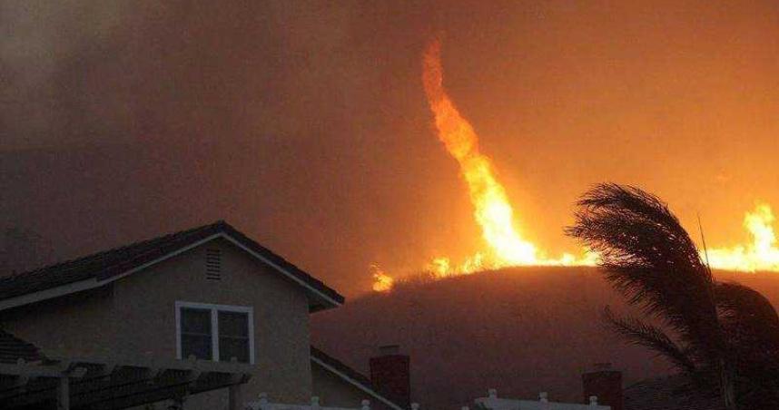 加州野火燒不停!罕見「火龍捲」直竄天際 氣象局首度發布警報