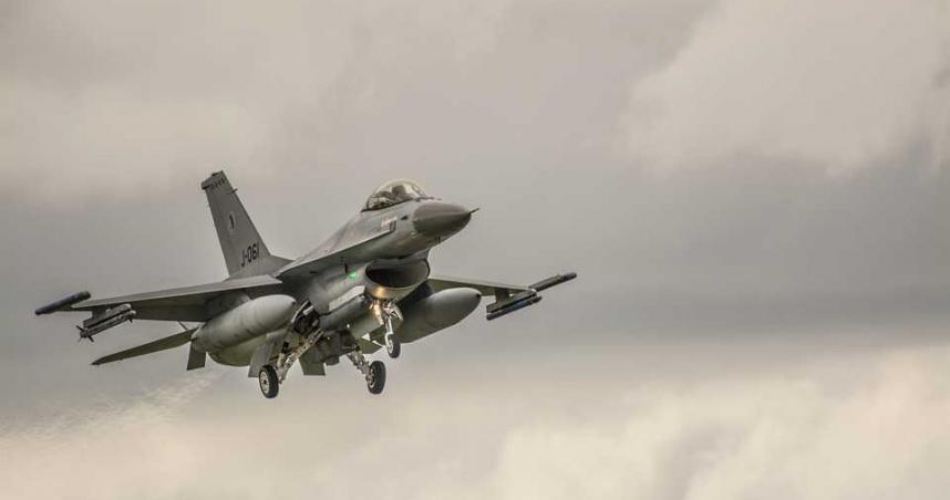 F-16戰鬥機誤當箭靶! 衰男開車上班下秒竟被爆頭喪命