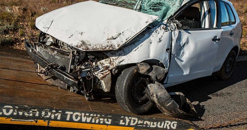 考4次才通過!19歲女駕駛首次上路便自撞 同車3友喪命、2友重傷