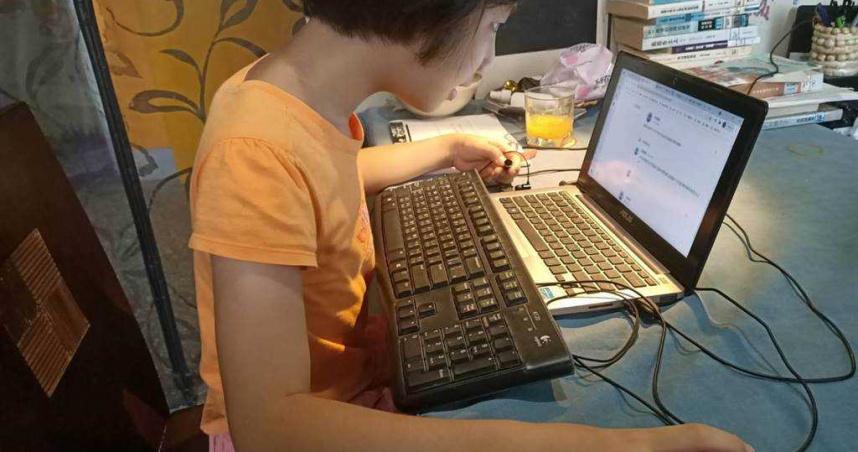 當機、沒設備!雙北全面停課遠距教學首日 全班坐等老師學會電腦