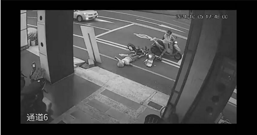 老婦騎電動車撞騎士倒地碰瓷? 原因曝光原來是這樣