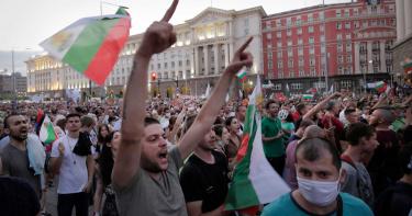 抗議總理、檢察官貪汙勾結 保加利亞民眾丟百枚炸彈示威抗議