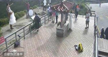 安全第一!新人跨合歡山武嶺護欄拍婚紗 網直呼「拿生命開玩笑」