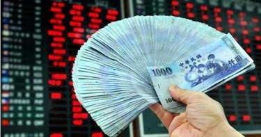 股匯不同調 新台幣驚見「28」 台股紅翻黑