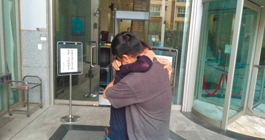 王定宇助理涉毒30萬交保 法院前與母相擁痛哭