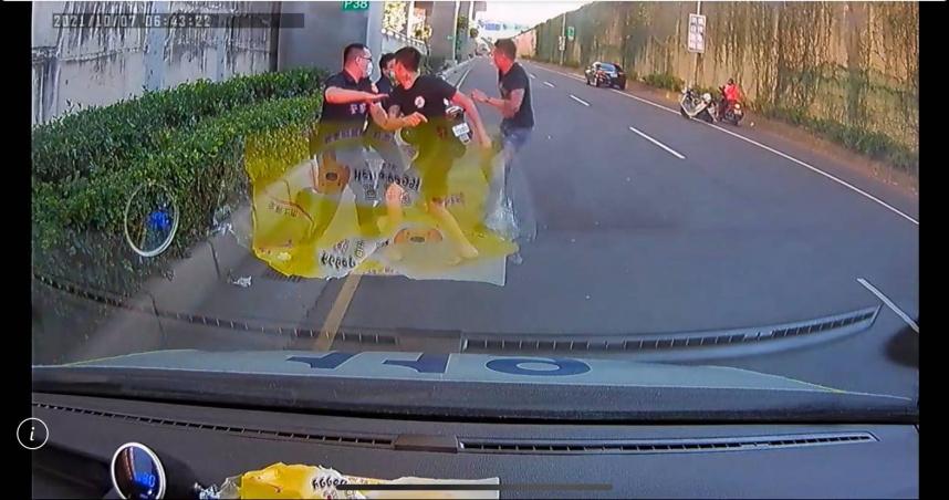 三重屁孩擋救護車門阻送醫 警消規勸挪步換來一陣粗飽