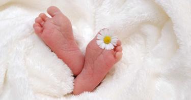 出生1月嬰「肛門長菜花」!醫想破頭才知「驚人真相」:阿嬤太會噴