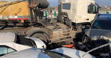 西濱快20車連環撞2死8傷 一家三口屏東北上參拜女主人遇死劫