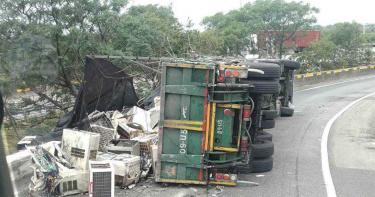 國道3號南下和美匝道「拖板車撞護欄翻覆」 廢棄家電掉滿地