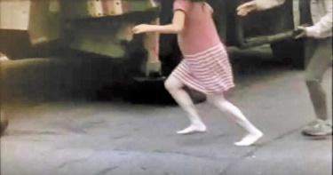 無力回天!眼見2歲女兒被捲入輪下 懷孕媽媽赤腳驚惶奔救