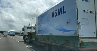 價值40億!撞到絕對「賠不起的貨車」 路上看到閃遠點