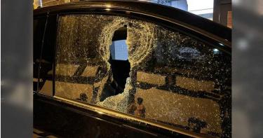 屏東東港鎮砸車怪客!10多輛車遭砸…百萬名車也波及 網公布監視器畫面