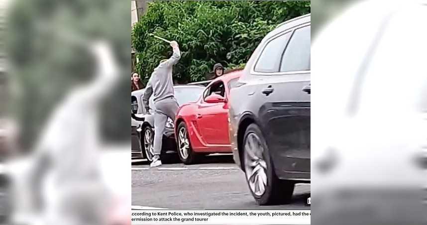 男路邊狂砸3000萬保時捷 警調查驚「車主知情還同意砸車」