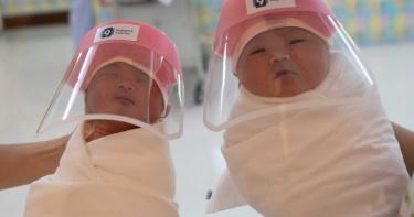 泰國新生兒戴「特製透明面罩」防疫!粉色超萌 網母愛噴發:心疼