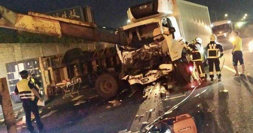 國道一號大貨車碰撞翻覆! 駕駛無生命跡象