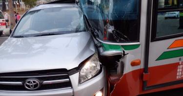 全航客運攔腰撞休旅車!乘客嚇壞 3人輕傷送醫