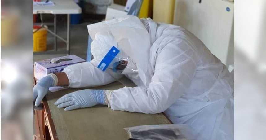 抗疫到身亡!醫生沒脫防護衣「累到趴睡」…再也沒醒來