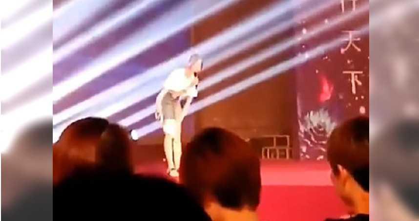 正妹演講…短裙滑出不明棒狀物 台下觀眾傻眼了