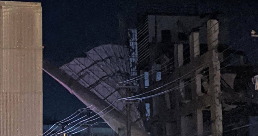 桃園違樓進行拆除工程 鷹架倒一半⋯警消急拉封鎖線