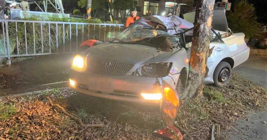 疑過彎不慎駕車自撞路樹 男受困1小時頭骨破裂傷重不治