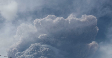 友邦有難!聖文森火山休眠40年大噴發 煙灰直衝8公里高空…2萬人急疏散