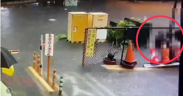高雄女手持雨傘腳踏積水 下一秒…疑觸電倒地OHCA