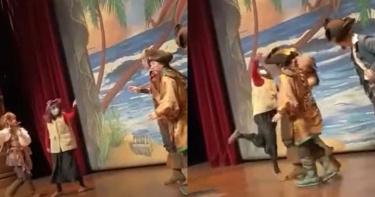 遊上海迪士尼失控!熟女奔舞台「暴打演員」 飆罵:你個美國人的豬