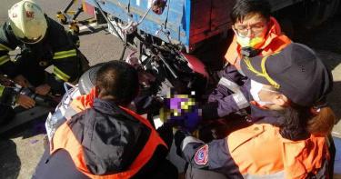 母騎車載2幼子3貼自撞貨車 釀2死1重傷慘劇