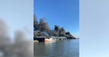 東港漁港驚傳火燒船!10艘漁船陷火海「狂冒黑煙」 初估損失上億