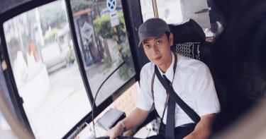 第一次當運將就上手 劉冠廷開公車直直撞