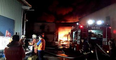 三峽布廠凌晨陷火海 延燒4棟建築300消防急灌救