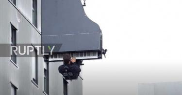 瑞士鋼琴家「倒吊40M高空」演奏!觀眾戴耳機躺椅上聽音樂會