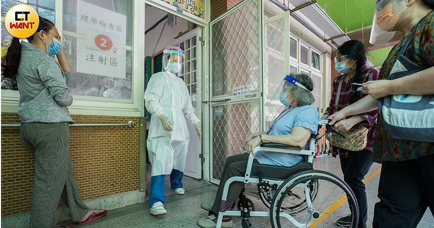 長輩驚驚!疫苗猝死爆發緩打潮 醫:照顧者接種更有保護力