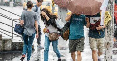 氣象局26日晚啟動較大規模、劇烈豪雨作業 台南、高雄將一致宣布是否放假