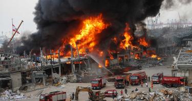 大爆炸才剛過1個月...貝魯特港口又現大火!濃煙烈焰四竄 民眾驚慌逃跑