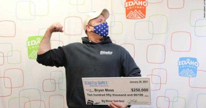 買刮刮樂「爽中700萬」!幸運男領獎嚇壞彩券公司:這是第6次