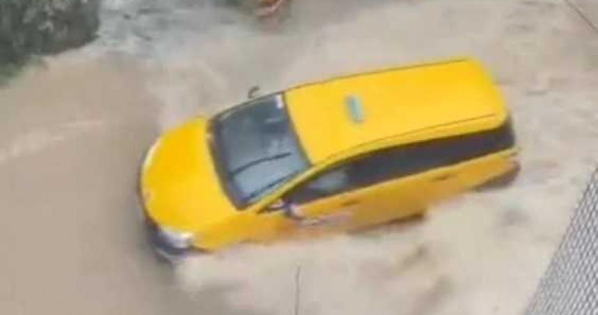 暴雨狂炸新店永業路成河水淹半輪胎 騎士驚:像騎水上摩托車