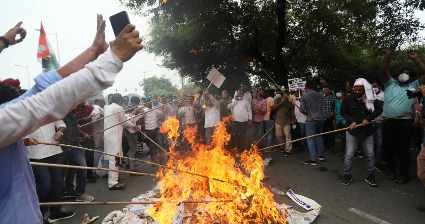 9歲「賤民」女童被姦殺!印度民眾連4天怒吼 莫迪肖像慘被燒