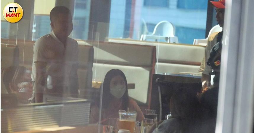 9月9日楊晨熙工作結束將狗交給寵物店後,趕赴信義區美式餐廳,與曾幫她拍貓毛的邱姓建商小開及友人相約聚餐。(圖/本刊攝影組)