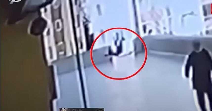 16歲少年窗邊玩手機 下一秒「摔出12樓」墜地身亡