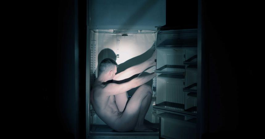 15歲少年「半裸陳屍冰箱」!椅子詭異圍成圈…警卻排除他殺可能