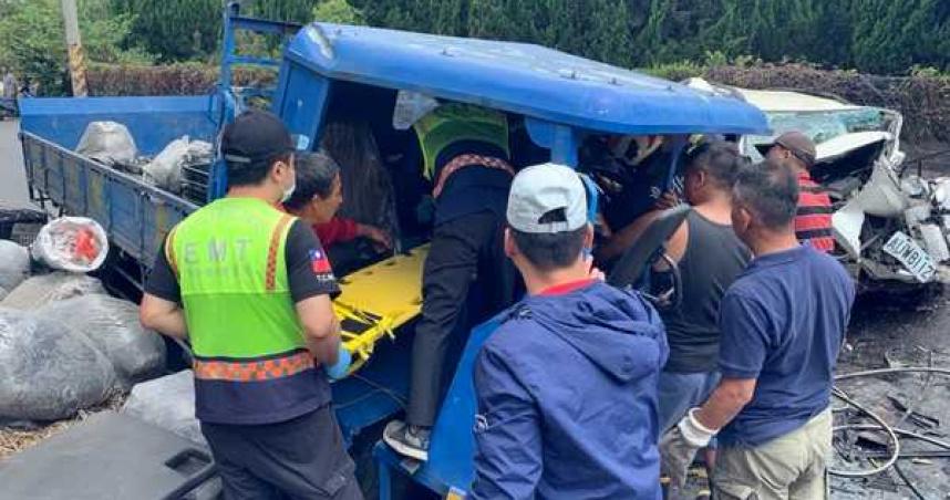 農用曳引車對撞休旅車成廢鐵 駕駛卡車內2重傷送醫