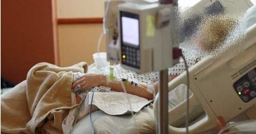 20歲男打球跌倒!頭遭踩爆腦幹出血 2週後「奇蹟甦醒」醫生心卻涼了