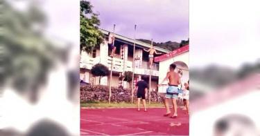 年輕遊客闖蘭嶼小學「升旗桿當爬桿」玩 網怒批:根本是猴子!