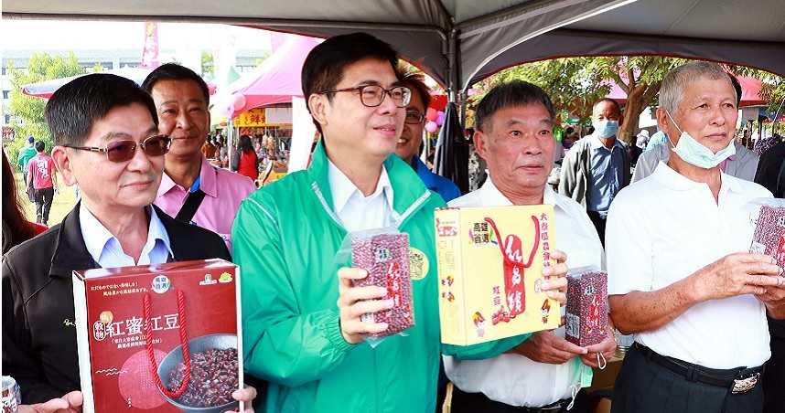 陳其邁化身紅豆代言人 吃貨市長:晚上肚子餓就開這一罐