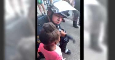 女孩哭問會對我們開槍嗎? 暖警蹲下擁抱「我是來保護妳的」!